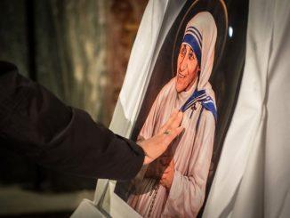 """Logo jednodniowej wizyty papieża Franciszka w Macedonii Północnej nawiązuje do założycielki Zgromadzenia Sióstr Misjonarek Miłości, św. Matki Teresy z Kalkuty (1910-1997). Zawiera trzy błękitne pasy, <a class=""""mh-excerpt-more"""" href=""""https://www.zyciezakonne.pl/wiadomosci/swiat/logo-wizyty-papieza-w-macedonii-nawiazuje-do-matki-teresy-85555/"""" title=""""Logo wizyty papieża w Macedonii nawiązuje do Matki Teresy"""">[...]</a>"""