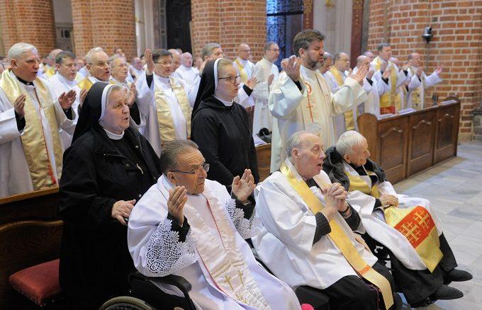 """Prośmy o to, aby Bóg Ojciec odnowił w każdym z nas Ducha świętości, jakim zostaliśmy namaszczeni. Niech Go odnowi w sercu każdego z nas, w <a class=""""mh-excerpt-more"""" href=""""https://www.zyciezakonne.pl/wiadomosci/kraj/przewodniczacy-kep-i-prymas-polski-do-kaplanow-85538/"""" title=""""Przewodniczący KEP i Prymas Polski do kapłanów"""">[...]</a>"""
