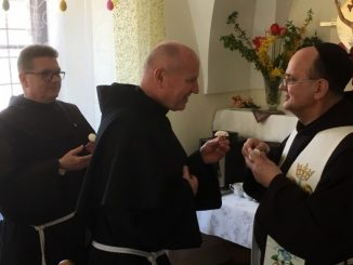 W Wielką Sobotę w południe przełożeni krakowskich prowincji i klasztorów franciszkańskich trzech zakonów podzielili się poświęconym jajkiem i złożyli sobie świąteczne życzenia.