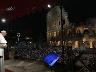 """W rzymskim Koloseum zostało odprawione nabożeństwo Drogi Krzyżowej pod przewodnictwem Papieża Franciszka. Mówił on o współczesnych krzyżach ludzi spragnionych chleba i miłości, porzuconych przez własne <a class=""""mh-excerpt-more"""" href=""""https://www.zyciezakonne.pl/wiadomosci/swiat/papiez-przewodniczyl-drodze-krzyzowej-w-rzymskim-koloseum-85514/"""" title=""""Papież przewodniczył Drodze Krzyżowej w rzymskim Koloseum"""">[...]</a>"""