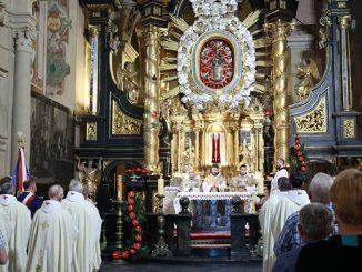 """7 czerwca 1979 r. do sanktuarium przybył pierwszy raz jako papież Ojciec Święty Jan Paweł II. 40 lat po tej pamiętnej wizycie kalwaryjscy pielgrzymi, mieszkańcy <a class=""""mh-excerpt-more"""" href=""""https://www.zyciezakonne.pl/wiadomosci/kraj/kalwaria-zebrzydowska-rocznica-pierwszej-papieskiej-wizyty-86822/"""" title=""""Kalwaria Zebrzydowska. Rocznica pierwszej papieskiej wizyty"""">[...]</a>"""