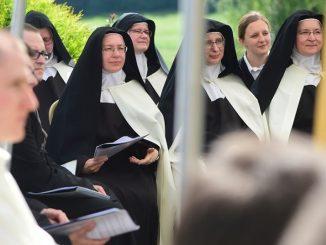 Siostry karmelitanki z setkami przyjaciół świętowały jubileusz, dziękując Bogu za 25 lat istnienia spręcowskiego Karmelu.