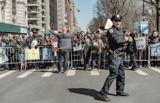 """Kilka sióstr zakonnych, w tym jedna 90-letnia, zostało aresztowanych 18 lipca w Waszyngtonie czasie protestu przeciwko polityce migracyjnej prezydenta Donalda Trumpa. W sumie zatrzymano ponad <a class=""""mh-excerpt-more"""" href=""""https://www.zyciezakonne.pl/wiadomosci/swiat/zakonnice-aresztowane-podczas-protestu-przeciwko-polityce-trumpa-87910/"""" title=""""Zakonnice aresztowane podczas protestu przeciwko polityce Trumpa"""">[...]</a>"""