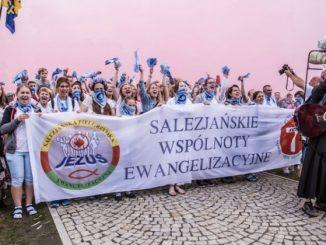 """Salezjańska Pielgrzymka Ewangelizacyjna po raz 28. wyruszyła ze Szczańca do Częstochowy. Choć początkowo grupa składała się jedynie z kilkudziesięciu osób, z każdym dniem rosła w <a class=""""mh-excerpt-more"""" href=""""https://www.zyciezakonne.pl/wiadomosci/kraj/28-salezjanska-pielgrzymka-ewangelizacyjna-u-tronu-matki-88827/"""" title=""""28. Salezjańska Pielgrzymka Ewangelizacyjna u tronu Matki"""">[...]</a>"""