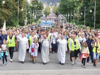 """Aż o ponad 4 tys. więcej pieszych pielgrzymów przybyło dotąd na Jasną Górę w tegorocznym """"sezonie"""" pielgrzymkowym – wynika z pierwszych statystyk Biura Prasowego Jasnej <a class=""""mh-excerpt-more"""" href=""""https://www.zyciezakonne.pl/wiadomosci/kraj/wiecej-pielgrzymow-na-jasnej-gorze-88759/"""" title=""""Więcej pielgrzymów na Jasnej Górze"""">[...]</a>"""