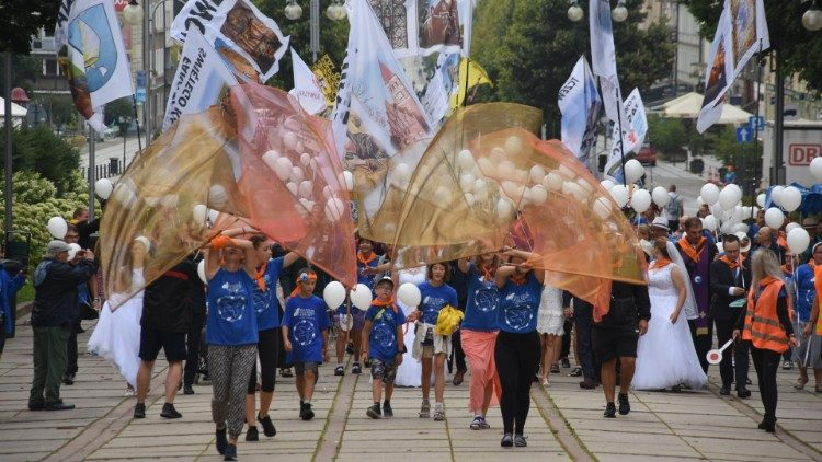 Na Jasnej Górze rozpoczął się drugi szczyt pielgrzymkowy. Na uroczystość Matki Bożej Częstochowskiej przybywają kolejne tysiące pieszych, rowerowych i innych pątników.