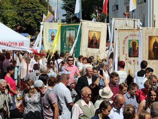 """W dniach 14-15 sierpnia 2019 w Kodniu nad Bugiem odbyły się najważniejsze w całym roku uroczystości odpustowe. W dwudniowych obchodach wzięli udział pielgrzymi z całej <a class=""""mh-excerpt-more"""" href=""""https://www.zyciezakonne.pl/wiadomosci/kraj/koden-dziesiatki-tysiecy-pielgrzymow-na-najwazniejszym-odpuscie-88848/"""" title=""""Kodeń: Dziesiątki tysięcy pielgrzymów na najważniejszym odpuście"""">[...]</a>"""