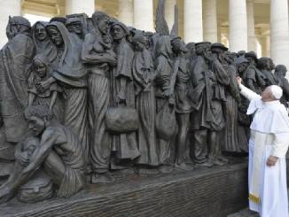 """Na Placu św. Piotra stanęła rzeźba przedstawiająca grupę migrantów z różnych kultur i różnych okresów historycznych (foto: Vatican Media). Ma przypominać wszystkim chrześcijanom o ewangelicznym <a class=""""mh-excerpt-more"""" href=""""https://www.zyciezakonne.pl/wiadomosci/swiat/o-michael-czerny-sj-pomyslodawca-rzezby-na-placu-sw-piotra-89946/"""" title=""""O. Michael Czerny SJ pomysłodawcą rzeźby na Placu św. Piotra"""">[...]</a>"""