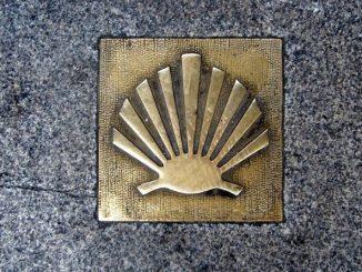 """Granitowy obelisk, dar rządu hiszpańskiego regionu Galicja, którego stolicą jest Santiago de Compostela, stanął przy głównym wejściu do bazyliki ojców franciszkanów, naprzeciwko okna papieskiego na <a class=""""mh-excerpt-more"""" href=""""https://www.zyciezakonne.pl/wiadomosci/kraj/w-krakowie-odslonieto-znacznik-drogi-sw-jakuba-90670/"""" title=""""W Krakowie odsłonięto znacznik Drogi św. Jakuba"""">[...]</a>"""