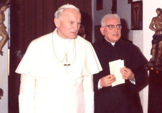 """W 50. rocznicę swoich święceń kapłańskich, a było to w roku 1996, papież Wojtyła napisał autobiograficzną książkę, którą zatytułował: """"Dar i tajemnica""""."""