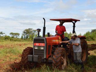 """""""W dokumentach Kościoła wielokrotnie napotykałem na ideę, aby pomagać młodzieży afrykańskiej w uzyskaniu zawodu i dawania im odpowiednich umiejętności. To takie przysłowiowedawanie do ręki wędki, <a class=""""mh-excerpt-more"""" href=""""https://www.zyciezakonne.pl/wiadomosci/swiat/traktor-dla-ekologicznej-farmy-w-kakooge-90985/"""" title=""""Traktor dla Ekologicznej Farmy w Kakooge"""">[...]</a>"""