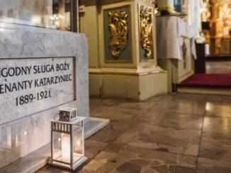"""""""W V niedzielę Wielkiego Postu Roku Pańskiego 2020, modląc się o beatyfikację o. Wenantego Katarzyńca, jego orędownictwu u Pana Boga powierzam całą przemyską archidiecezję, prosząc <a class=""""mh-excerpt-more"""" href=""""https://www.zyciezakonne.pl/wiadomosci/kraj/abp-adam-szal-zawierzyl-archidiecezje-przemyska-oredownictwu-o-wenantego-katarzynca-93876/"""" title=""""Abp Adam Szal zawierzył Archidiecezję Przemyską orędownictwu o. Wenantego Katarzyńca"""">[...]</a>"""