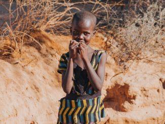 Księża marianie pracujący w Kamerunie pomagają dzieciom. Dożywiają najuboższe, zapewniają opiekę lekarską i edukację, a także organizują wakacyjny obóz z kursami komputerowymi.