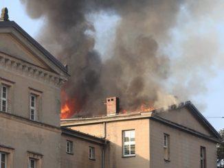 Z ogniem walczy 20 zastępów strażaków. Doszczętnie spaliło się ok. 500 metrów kwadratowych dachu. Przyczyny pożaru ustalą biegli. Szkoła już ogłosiła zbiórkę na odbudowę.